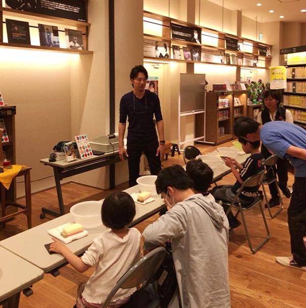 体験型ワークイベントで青栁貴史さんが教えている写真